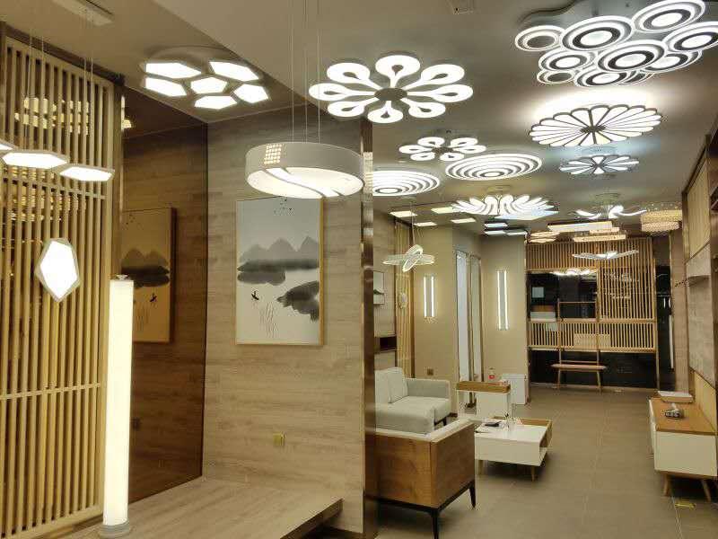 为了让我们的消费者有更好的购物体验,更能感受到庆溢品牌和产品的魅力;2016版庆溢形象店从图纸的反复规划、设计、到第一家实体店落地历时1年。 2016年6月21日,北京首家韩式家居灯体验馆诞生在北五环的居然之家! 完美的空间布局、极致的产品、壁画、家具的相辅相成,赋予这家韩式体验馆更多的想象力与生命力!  高辨识度的品牌门头  韩式壁画与宜家风格的家具完美融合  木格栅和宜家家居相得益彰 2016新版的形象店中,出现了很多的木格栅设计,在空间有限、且需要做隔断的情况下,木格栅的巧妙运用,让整个店通透但却显